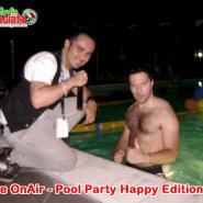 Tuffo in piscina al pool party